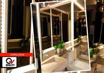 Banheiro revestido em espelhos